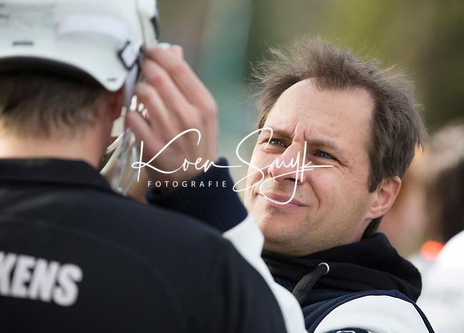 BLOEMENDAAL - HOCKEY - OZ fysio Frank Hagenaars   tijdens de hoofdklasse competitiewedstrijd tussen de mannen van Bloemendaal en Oranje-Zwart (2-2). FOTO KOEN SUYK