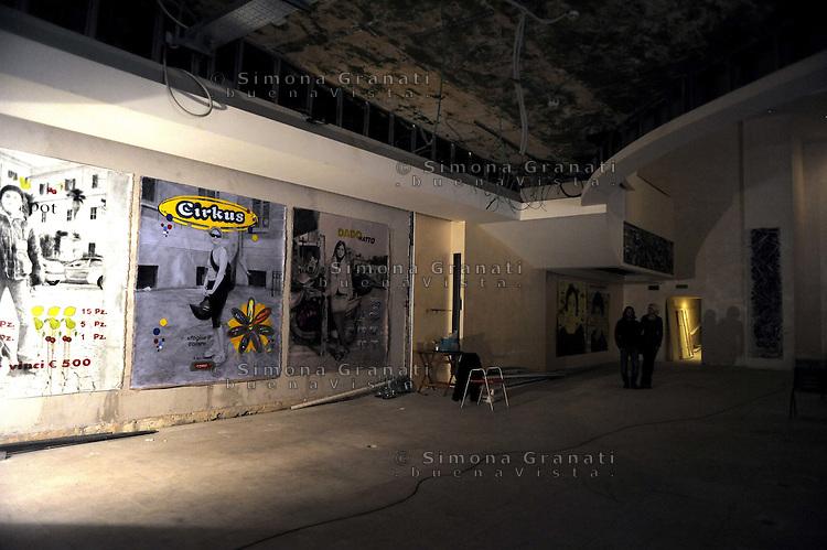 Roma 20 aprile 2011.San Lorenzo, Piazza dei Sanniti.Continua l'occupazione dello storico Cinema Palazzo da parte dei cittadini contro l'apertura di un Casinò. Lo spazio è stato occupato il 15 aprile e intitolato a Vittorio Arrigoni il pacifista ucciso a Gaza