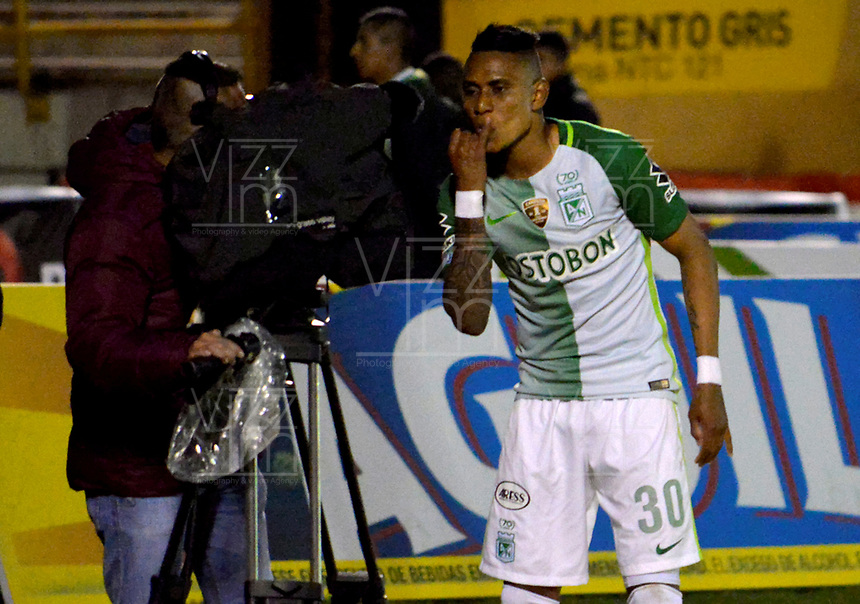 TUNJA -COLOMBIA, 13-05-2017: Arley Rodriguez jugador de Atletico Nacional después de anotar un gol a Patriotas FC durante partido por la fecha 18 de la Liga Águila I 2017 realizado en el estadio La Independencia de Tunja. / Arley Rodriguez player of Atletico Nacional celebrates after scoring a goal to Patriotas FC during match for the date 18 of Aguila League I 2017 played at La Independencia stadium in Tunja. Photo: VizzorImage / Javier Morales  / Cont