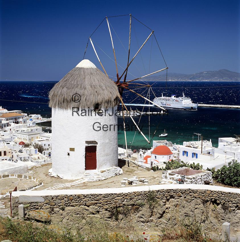 Greece, Cyclades, Mykonos: windmill above Mykonos-Town, ferry approaching | Griechenland, Kykladen, Mykonos: Windmuehle oberhalb von Mykonos-Stadt, eine Faehre laeuft gerade in den Hafen ein