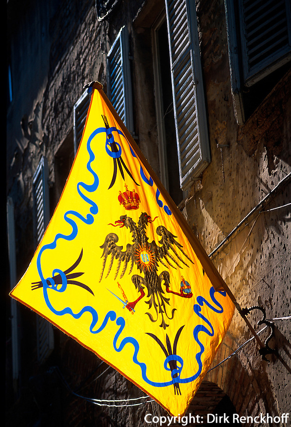 Flagge an Haus Contrada dell' Aquila, Siena, Toskana, Italien, Unesco-Weltkulturerbe