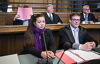 Berlin, Tina (l. vorne), Schwester von Johnny K., sitzt am Montag (13.05.13) in Landgericht in Berlin vor dem Prozessbeginn im Fall Jonny K gegen sechs Männer im Alter zwischen 19 und 24 Jahren. Foto: Maja Hitij/CommonLens