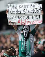 FUSSBALL   1. BUNDESLIGA   SAISON 2011/2012    5. SPIELTAG SV Werder Bremen - Hamburger SV                         10.09.2011 Ein Fan von Werder Bremen zeigt ein Schild mit der Aufschrift: HABE KEINE KARTE FUER DEN GAESTEBLOCK BEKOMMEN! DAS ABSTIEGSGESPENST