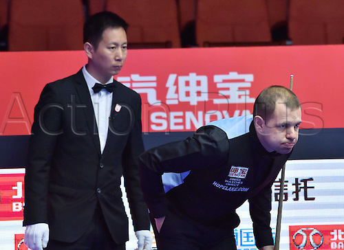 30.03.2016. Beijing, China.  Barry Hawkins (R) of England competes during the first round match against Tian Pengfei of China at the 2016 World Snooker China Open in Beijing, capital of China, March 30, 2016. Tian pengfei won 5-4. ) (SP)CHINA-BEIJING-SNOOKER-CHINA OPEN (CN) LixWen