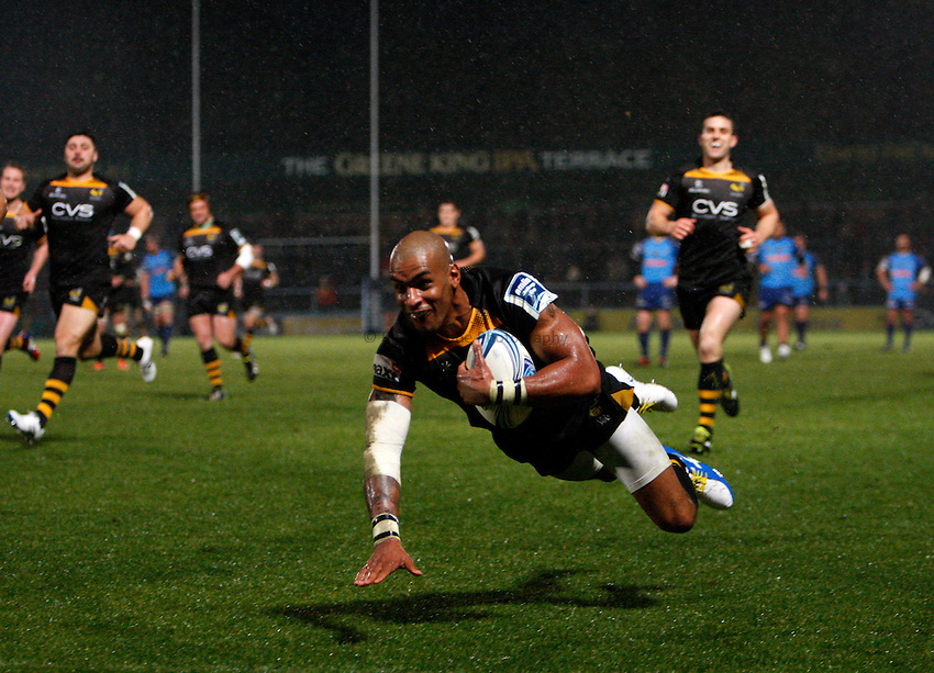 Photo: Richard Lane/Richard Lane Photography. London Wasps v Grenoble. Amlin Challenge Cup. 15/12/2013. Wasps' Tom Varndell dives in for a try.