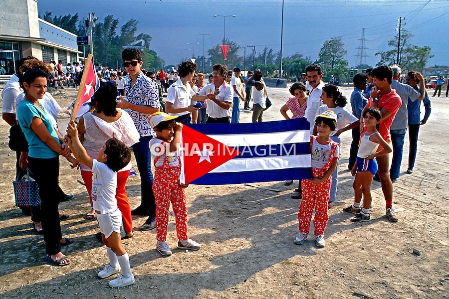 Crianças com bandeira cubana em Havana. Cuba. 1989. Foto de Paula Simas.