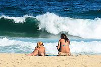RIO DE JANEIRO, RJ, 31 AGOSTO 2012-CLIMA TEMPO NA CAPITAL FLUMINENSE- Movimentacao praia do Leblon na tarde desta sexta feira 31 de agosto com ceu azul e muito sol, no Leblon, zona sul do Rio de Janeiro.(FOTO:MARCELO FONSECA/BRAZIL PHOTO PRESS).