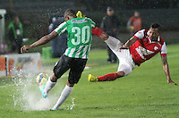 BOGOTA -COLOMBIA. 07-05-2014. Wilder Medina  (Der)  de Independiente Santa Fe disputa el balon  contra  Miller Mosquera   del  Atlético Nacional  partido de ida por las semifinales  de  La Liga Postobon  jugado en el estadio El Campin . Wilder Medina (R) of Independiente Santa Fe dispute the balloon against Miller Mosquera of  Atletico Nacional for the first leg to the  Liga Postobon I played at El Campin. Photo: VizzorImage / Felipe Caicedo / Staff