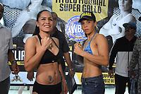 """MONTERIA - COLOMBIA, 18-05-2018:Pesaje de las boxeadoras Liliana """"La Tigresa"""" Palmera (Der) de Montería , antes de la pelea por la defensa de su títiulo Mundial Super Gallo contra Yazmín """"La rusita """"Rivas (Izq) de México a realizarse el coliseo """"Happy Lora """" de esta ciudad , mañana Sábado ./Weighing of the boxers Liliana """"La Tigresa"""" Palmera (R) de Montería, before the fight for the defense of her World Super Gallo title against Yazmin Rivas (L) of Mexico to be held at the """"Happy Lora"""" Coliseum of this city tomorrow Saturday. Photo: VizzorImage / Andrés Felipe López Vargas / Contribuidor"""