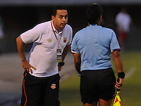 ENVIGADO -COLOMBIA-05-02-2014. Juan Carlos Sanchez (Izq) técnico de Envigado FC durante partido contra Uniautónoma por la fecha 3 de la Liga Postobón I 2014 realizado en el Polideportivo Sur de la ciudad de Envigado./ Juan Carlos Sanchez coach of Envigado FC during match against Uniautonoma for the 3rd date of the Postobon League I 2014 at Polideportivo Sur in Envigado city.  Photo: VizzorImage/Luis Ríos/STR
