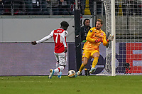 Torwart Kevin Trapp (Eintracht Frankfurt) klärt gegen Bukayo Saka (Arsenal London) - 19.09.2019:  Eintracht Frankfurt vs. Arsenal London, UEFA Europa League, Gruppenphase, Commerzbank Arena<br /> DISCLAIMER: DFL regulations prohibit any use of photographs as image sequences and/or quasi-video.