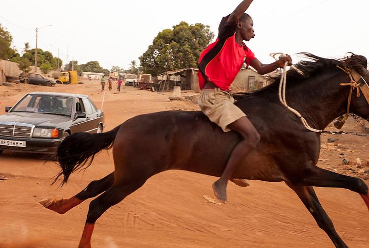 Young riders mount the horses bareback. Progressively and with experience they can use a saddle.<br />  <br /> Les jeunes cavaliers montent &agrave; cru. Au fur et &agrave; mesure qu'ils gagnent de l'exp&eacute;rience, ils pourront utiliser des selles.
