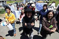 LPZ04-LA PAZ (BOLIVIA),21/09/2011.- El exembajador de Bolivia en Estados Unidos Gustavo Guzmán (c), se une al grupo que apoya la marcha indígena que rechaza una carretera que partirá en dos una reserva natural hoy, miércoles 21 de septiembre de 2011, en la Plaza San Francisco en La Paz (Bolivia). El grupo, que sumó el apoyo de exfuncionarios del presidente Evo Morales, parte a la Amazonía para unirse a los indígenas bolivianos que están frente a campesinos leales al mandatario boliviano, con un cordón policial en medio y súplicas de la ONU y otras instituciones que temen que haya violencia. EFE/Martin Alipaz....