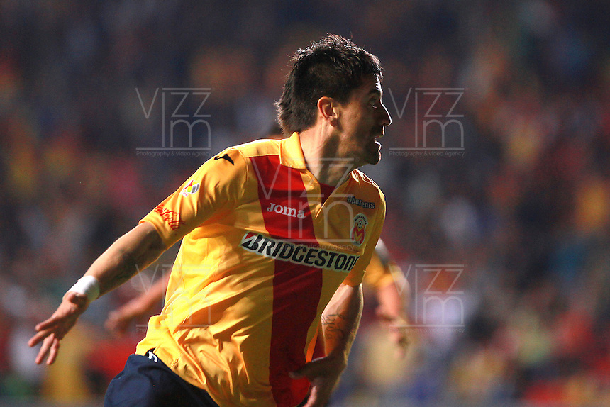 MORELIA - MEXICO -28 -01-2014: Hector Manzanilla, jugador de Monarcas Morelia de Mexico, corre a celebrar el gol anotado, durante partido por la primera fase, llave G5 de la Copa Libertadores en el estadio Morelos de la ciudad de Morelia. / Hector Manzanilla player of Monarcas Morelia of Mexico, runs to celebrates a goal scored during a match for the first phase, g5 key of the Copa Bridgestone Libertadores in Morelos stadium in Morelia city, Photo: VizzorImage  / Manuel Velasquez / Jam Media / Cont