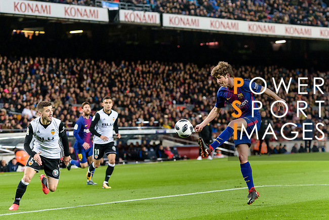 Sergi Roberto Carnicer of FC Barcelona (R) in action during the Copa Del Rey 2017-18 match between FC Barcelona and Valencia CF at Camp Nou Stadium on 01 February 2018 in Barcelona, Spain. Photo by Vicens Gimenez / Power Sport Images