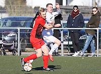 Nils Beisser (Büttelborn) wird von Joshua Weihrich (Unter-Flockenbach) vom Ball getrennt - 25.02.2018: SKV Büttelborn vs. SV Unter-Flockenbach, Gruppenliga Darmstadt