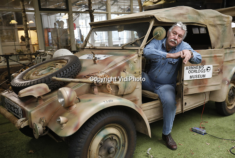 Foto: VidiPhoto<br /> <br /> ARNHEM &ndash; Eigenaar-directeur Eef Peeters van het Arnhems Oorlogsmuseum &rsquo;40-&rsquo;45 bij een van zijn k&uuml;belwagens, de Duitse &lsquo;jeep&rsquo;, uit de oorlog, waarvan er tijdens de Slag om Arnhem in september 1944 tientallen van rondreden in Oosterbeek en omgeving. Ieder jaar rijdt Peeters mee met de zogenoemde herdenkingstocht Race to the Bridge, met een aantal van zijn historische oorlogsvehicles, zowel Duits als Engels. Dit jaar mogen hij, zijn museum en de vrijwilligers niet meer mee doen van de organisatie omdat ze te brutaal zouden zijn.