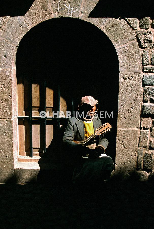 Músico de rua em Cusco. Perú. Foto de Juca Martins. Data: 1994