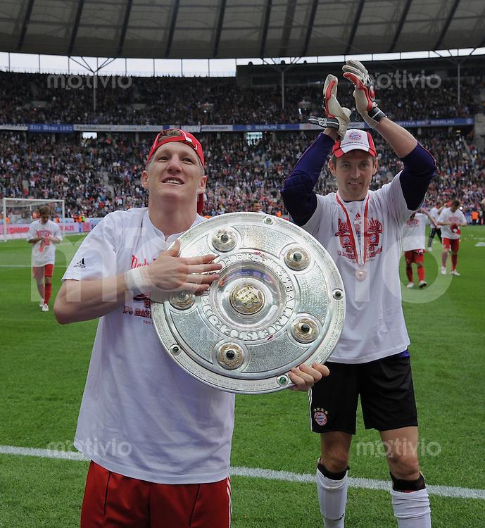 Fussball 1. Bundesliga :  Saison   2009/2010   34. Spieltag    08.05.2010 Hertha BSC Berlin - FC Bayern Muenchen    JUBEL FC Bayern;  Bastian Schweinsteiger (li) mit Meisterschale und  Torwart Hans Joerg Butt (re)