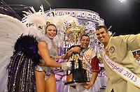 SAO PAULO, SP, 16 DE FEVEREIRO 2013 - CARNAVAL SP - DESFILE DAS CAMPEÃS  - Integrantes da escola de samba Mocidade Alegre: Campeã do Carnaval, com a taça do Campeonato durante desfile das campeãs  no Sambódromo do Anhembi na região norte da capital paulista, na manhã  deste sábado, 16. FOTO: LEVI BIANCO - BRAZIL PHOTO PRESS