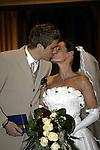 Ivan Klasnic - dreimal die Woche zur Blutwaesche - so lautet die Diagnose beim ehemaligen Werder Stuermer. Ivan ist auf eine neue Niere angwiesen - die von seinem Vater 2007 transplantierte Niere arbeitet nicht mehr. Nun wartet er auf eine neue Niere<br /> Archiv aus: <br />  Der Werder Bremen Spieler Ivan Klasnic und seine Frau Patricia Potratz aus Hamburg gaben sich am Samstag (27.12.2003) in der Bremer Johannes Kirche das Ja-Wort.<br /> <br /> Es wurde eine deutsch-kroatische Hochzeit mit beiden Pastoren<br /> <br /> <br /> Foto © nordphoto