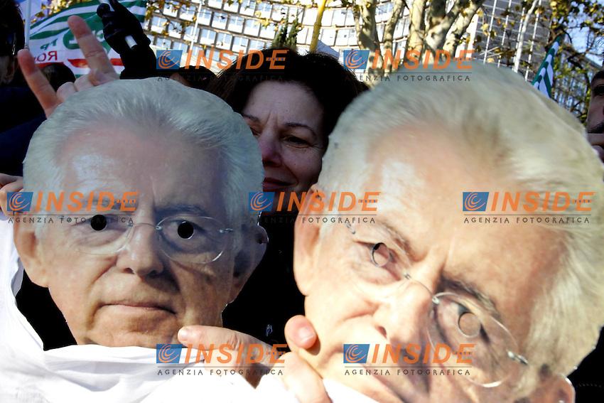 Roma 11/12/2012 Manifestazione dei lavoratori degli ospedali laziali che rischiano forti tagli agli investimenti. Nella foto le proteste contro Mario Monti.Photo Matteo Ciambelli / Insidefoto