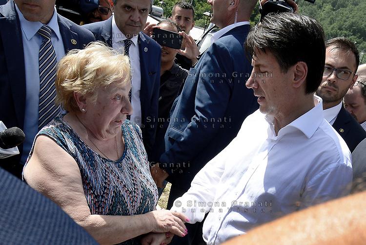 Accumoli, Rieti, 11 Giugno 2018<br /> Il Premier saluta una donna anziana che piange<br /> Il Presidente del Consiglio Giuseppe Conte in visita sui luoghi del terremoto del 24 Agosto 2016