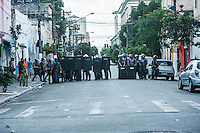SÃO PAULO,SP, 23.02.2017 - CRACOLANDIA-SP - A Guarda Civil Municipal (GCM) entrou nesta quinta-feira, 23, na Cracolândia, na região central de São Paulo. Usuários de drogas montaram barricadas na Rua Helvetia e na Alameda Dino Bueno e atearam fogo em objetos para impedir o avanço dos GCMs. Lixeiras que estavam na rua também foram incendiadas. A Polícia Militar ainda permanecia no local por volta das 12h30 no local. Os usuários de drogas começaram a se espalhar pelas ruas do entorno após o conflito. (Foto: Rogério Gomes/Brazil Photo Press)