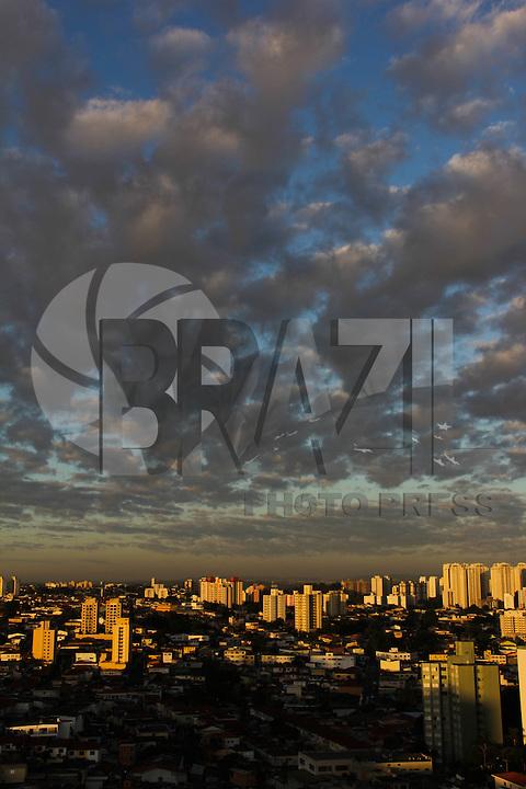 SAO PAULO, SP, 19 DE MARCO 2012. CLIMA TEMPO SP. Amanhecer no bairro do Jabaquara, regiao sul de SP, na manha desta segunda-feira 19. (FOTO: MILENE CARDOSO - BRAZIL PHOTO PRESS)