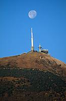 Europe/France/Auvergne/63/Puy-de-Dôme/Parc Naturel Régional des Volcans: Le sommet du Puy-de-Dôme, le bâtiment de l'ORTF et la lune