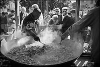 Europe/France/Aquitaine/24/Dordogne/Périgord Noir/Villefranche-du-Périgord: Préparation de l'Omelette géante aux cèpes . lors de la  Fête de la Châtaigne et du Cèpe
