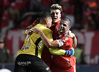 CALI - COLOMBIA, 28-11-2019: Michael Rangel (C) del América celebra después de anotar el segundo gol de su equipo partido por la fecha 6, cuadrangulares semifinales, de la Liga Águila II 2019 entre América de Cali e Independiente Santa Fe jugado en el estadio Pascual Guerrero de la ciudad de Cali. / Michael Rangel (C) of America celebrates after scoring the second goal of his team during match for the date 6, quadrangular semifinals, as part of Aguila League II 2019 between America de Cali and Independiente Santa Fe played at Pascual Guerrero stadium in Cali. Photo: VizzorImage / Gabriel Aponte / Staff