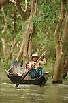 Lac de Tonle Sap. Femmes du  village de Kompong Phhluk. Elles vont chercher du bois dans la foret immergee de Kompong Phhluk.   Cambodge