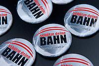 Protestkundgebung gegen die Zustaende bei der berliner S-Bahn und gegen die Privatisierungsplaene des rot-roten Senats<br />Am Samstag den 30. Januar 2010 demonstrierten Mitarbeiter der berliner S-Bahn und Fahrgaeste am S-Bahnhof Ostkreuz gegen die Zustaende bei der S-Bahn. S-Bahnbeschaeftigte forderten die Wiedereinstellung entlassener Kolleginnen und Kollegen und die Wiedereroeffung der aus rentabilitaetsgruenden geschlossenen Werkstaetten.<br />Aufgerufen zu der Kundgebung hatten die Gewerkschaft Transnet, Vertrauenspersonen bei der S-Bahn GmbH sowie das Aktionsbuendnis Nahverkehr in dem Bahn- und S-Bahnbeschaeftigte und Fahrgaeste organisiert sind.<br />Im Bild: Anstecker der Gewerkschaft Transnet gegen die Bahnprivatisierung.<br />30.1.2010, Berlin<br />Copyright: Christian-Ditsch.de<br />[Inhaltsveraendernde Manipulation des Fotos nur nach ausdruecklicher Genehmigung des Fotografen. Vereinbarungen ueber Abtretung von Persoenlichkeitsrechten/Model Release der abgebildeten Person/Personen liegen nicht vor. NO MODEL RELEASE! Don't publish without copyright Christian-Ditsch.de, Veroeffentlichung nur mit Fotografennennung, sowie gegen Honorar, MwSt. und Beleg. Konto: I N G - D i B a, IBAN DE58500105175400192269, BIC INGDDEFFXXX, Kontakt: post@christian-ditsch.de Urhebervermerk wird gemaess Paragraph 13 UHG verlangt.]