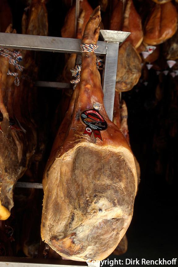 Luftgetrockneter Schinken (jamon serrano) in den Trockenhallen des Bergdorfes Trevelez in der Provinz Granada, Andalusien, Spanien
