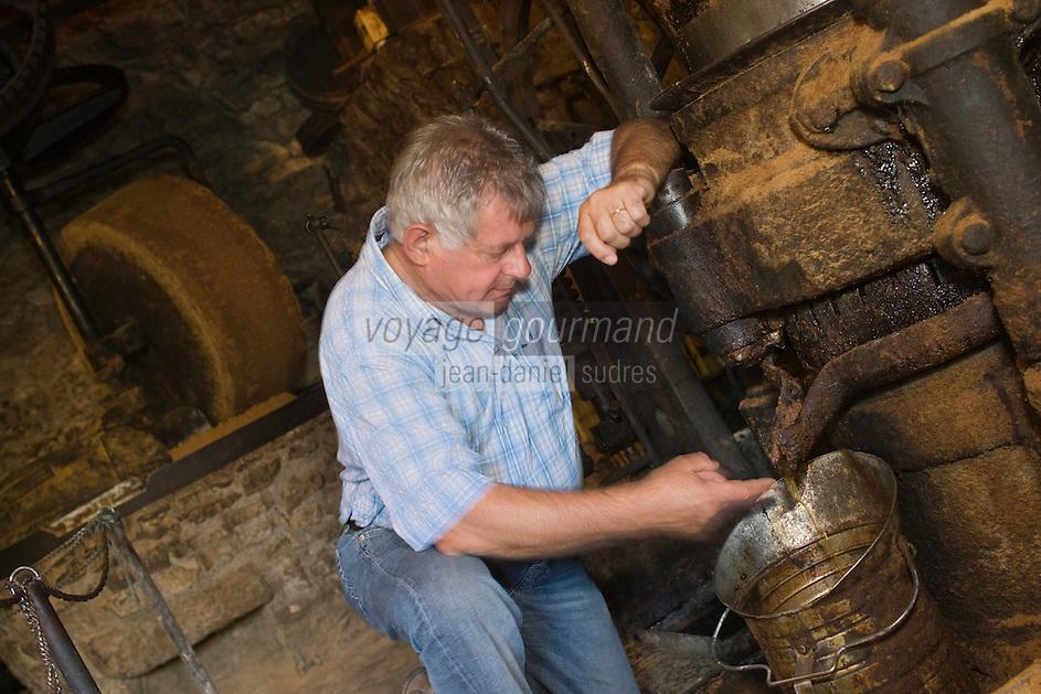 Europe/France/Midi-Pyrénées/46/Lot/Causse de Martel/Env Martel: Moulin à huile de noix de Mr Castagné - Daniel Chambon chef du restaurant: Le Pont de l'Ouysse  déguste l'huile à sa sortie du moulin