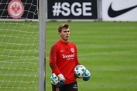 Torwart Tobias Stirl (U19 Eintracht Frankfurt) trainiert bei den Profis mit - 10.10.2017: Eintracht Frankfurt Training, Commerzbank Arena