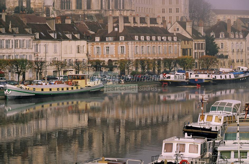 Europe/France/89/Yonne/Auxerre: Brouillard matinal sur le port fluvial sur l'Yonne vu depuis la passerelle