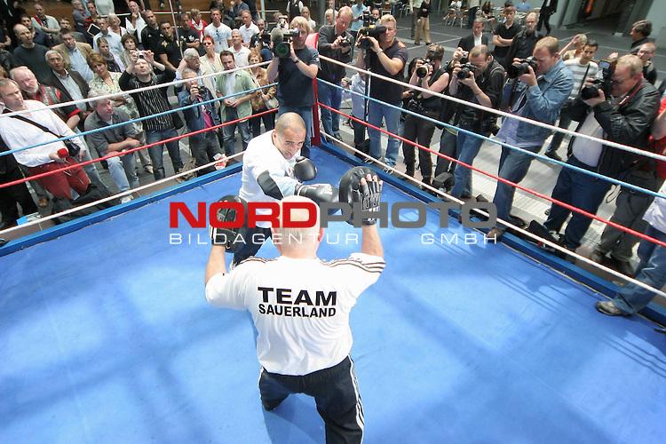 IBF-Weltmeisterschaft im Mittelgewicht - Pressetraining<br /> Arthur Abraham (GER) - Mahir Oral (GER)<br /> <br /> Arthur Abraham<br /> <br /> Foto &copy; nph (  nordphoto  )<br /> <br /> *** Local Caption ***