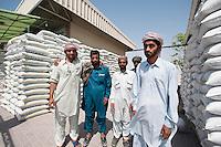 Vereinigte arabische Emirate (VAE), Dubai, Verladen von Säcken
