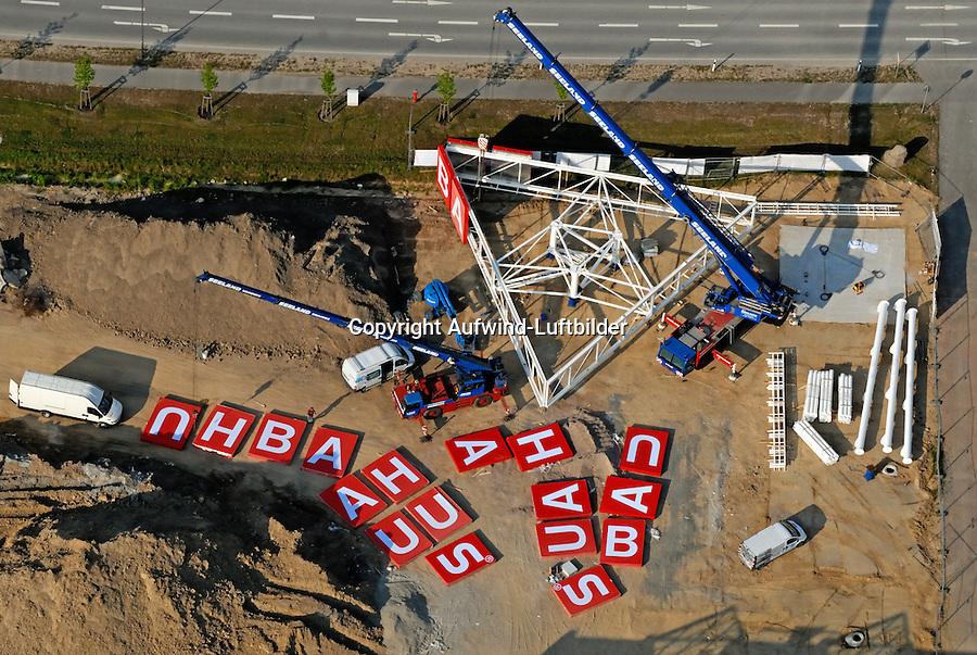Bauhaus Barsbuettel : EUROPA, DEUTSCHLAND, SCHLESWIG- HOLSTEIN, BRUNSBUETTEL  (GERMANY), 25.04.2007: Buchstaben des Wortes Bauhaus liegen auf einer Baustelle und werden mit Hilfe eines Krans montiert.