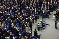 Der Bundestag gedachte am Mittwoch, 29. Januar 2020, in einer Sonderveranstaltung der Opfer des Nationalsozialismus. Anlass war der 75. Jahrestag der Befreiung des deutschen Konzentrations- und Vernichtungslagers Auschwitz durch sowjetische Truppen am 27. Januar 1945. Nach einer Begruessungsansprache von Bundestagspraesident Dr. Wolfgang Schaeuble hielten Bundespraesident Dr. Frank-Walter Steinmeier und der Praesident des Staates Israel, Reuven Rivlin, die Gedenkreden.<br /> Im Bild: Die Abgeordneten des Bundestages und Gaeste applaudieren Reuven Rivlin nach seiner Rede.<br /> 29.1.2020, Berlin<br /> Copyright: Christian-Ditsch.de<br /> [NUR FUER REDAKTIONELLE ZWECKE! Werbung nur auf Anfrage beim Fotografen. Inhaltsveraendernde Manipulation des Fotos nur nach ausdruecklicher Genehmigung des Fotografen. Vereinbarungen ueber Abtretung von Persoenlichkeitsrechten/Model Release der abgebildeten Person/Personen liegen nicht vor. NO MODEL RELEASE! Don't publish without copyright Christian-Ditsch.de, Veroeffentlichung nur mit Fotografennennung, sowie gegen Honorar, MwSt. und Beleg. Konto: I N G - D i B a, IBAN DE58500105175400192269, BIC INGDDEFFXXX, Kontakt: post@christian-ditsch.de<br /> Bei der Bearbeitung der Dateiinformationen darf die Urheberkennzeichnung in den EXIF- und  IPTC-Daten nicht entfernt werden, diese sind in digitalen Medien nach §95c UrhG rechtlich geschuetzt. Der Urhebervermerk wird gemaess §13 UrhG verlangt.]