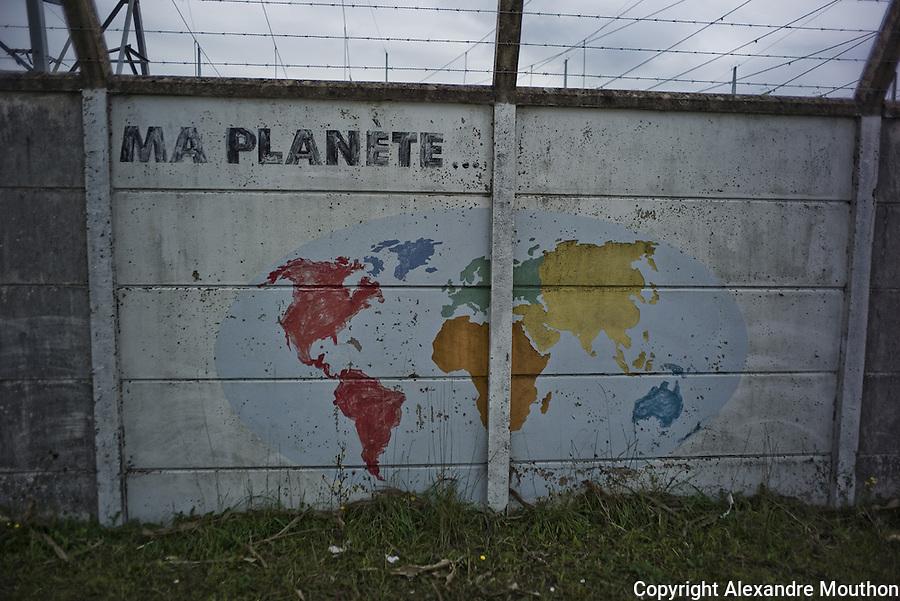 The nuclear plant company offered the outer walls of the plant to schoolchildren of riverside towns in the 1990s.  Children have produced frescoes representing the different regions of the world.<br /> <br /> &quot;Fen&ecirc;tre avec vue&quot; est publi&eacute; dans le journal suisse La couleur des jours, n&deg;18, printemps 2016.<br /> http://www.lacouleurdesjours.ch/sommaires.php?ID=36<br /> <br /> <br /> Lire &eacute;galement, dans sa version &quot;r&eacute;glement&eacute;e&quot;:<br /> <br /> http://www.ladocumentationfrancaise.fr/pages-europe/pe000036-sortir-du-nucleaire-au-caeur-du-mix-energetique-suisse-par-alexandre-mouthon/article<br /> <br /> Lire dans sa version originale &quot;non r&eacute;glement&eacute;e&quot;:<br /> <br /> http://alencontre.org/suisse/sortir-du-nucleaire-le-coeur-du-mix-energetique-suisse-place-dans-sa-perspective-europeenne.html