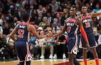 Isaac Bonga (G/F, Washington Wizards, #17) klatscht mit Jordan McRae (G, Washington Wizards, #52) ab - 22.01.2020: Miami Heat vs. Washington Wizards, American Airlines Arena