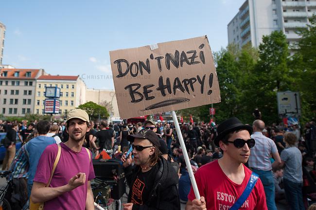 Etwa 6.000 Menschen protestierten am Samstag den 26. April 2014 gegen einen von der Neonazipartei NPD geplanten Aufmarsch durch Kreuzberg. Sie verhinderten mit verschiedenen Blockaden rund um den Auftaktort des NPD-Aufmarsches, dass die ca 70 Neonazis weiter als 150m laufen konnten.<br /> So war nach 3 Minuten Marsch f&uuml;r die NPD Schluss und die Neonazis mussten zum Startpunkt am S-Bahnhof Jannowitzbruecke umdrehen. Auch wenn ueber den NPD-Lautsprecherwagen mehrfach behauptet wurde, die Demonstration sei in Kreuzberg, ist doch richtig, dass die Neonazis sich nur in Berlin-Mitte befanden.<br /> 26.4.2014, Berlin<br /> Copyright: Christian-Ditsch.de<br /> [[Inhaltsveraendernde Manipulation des Fotos nur nach ausdruecklicher Genehmigung des Fotografen. Vereinbarungen ueber Abtretung von Persoenlichkeitsrechten/Model Release der abgebildeten Person/Personen liegen nicht vor. NO MODEL RELEASE! Don't publish without copyright Christian-Ditsch.de, Veroeffentlichung nur mit Fotografennennung, sowie gegen Honorar, MwSt. und Beleg. Konto:, I N G - D i B a, IBAN DE58500105175400192269, BIC INGDDEFFXXX, Kontakt: post@christian-ditsch.de<br /> Urhebervermerk wird gemaess Paragraph 13 UHG verlangt.]