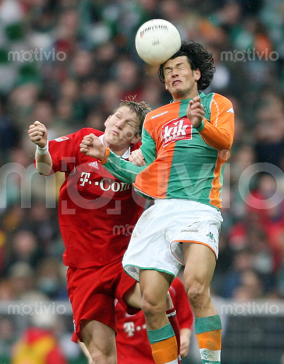 Fussball 1. Bundesliga Saison 2005/2006    29. Spieltag SV Werder Bremen - FC Bayern Muenchen     Bastian SCHWEINSTEIGER (li, Bayern) gegen Nelson VALDEZ (re, Bremen)
