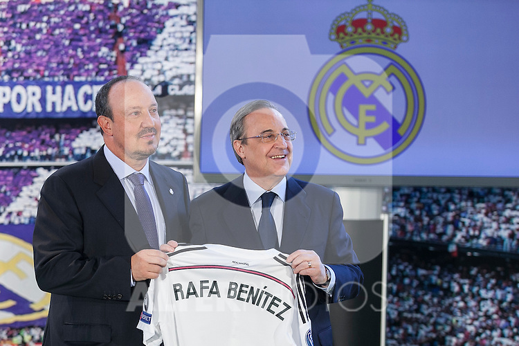 New Real Madrid coach Rafael Benitez (L) and Real Madrid's President Florentino Perez (R) pose for a picture during his official presentation at the Santiago Bernabeu stadium in Madrid, Spain. June 03, 2015. (ALTERPHOTOS/Victor Blanco)