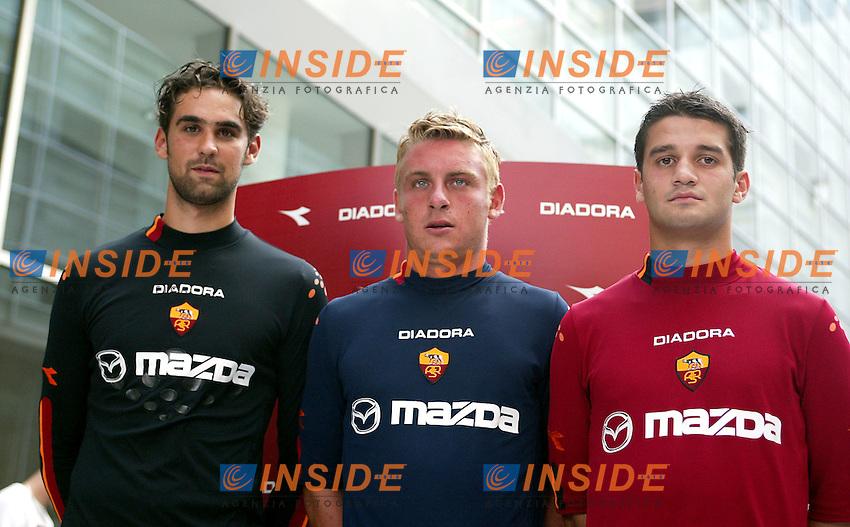 Roma 14 Luglio 2003<br /> Presentazione nuove divise Diadora.<br /> Ivan Pelizzoli, Daniele De Rossi, Christian Chivu<br /> foto Andrea Staccioli Insidefoto