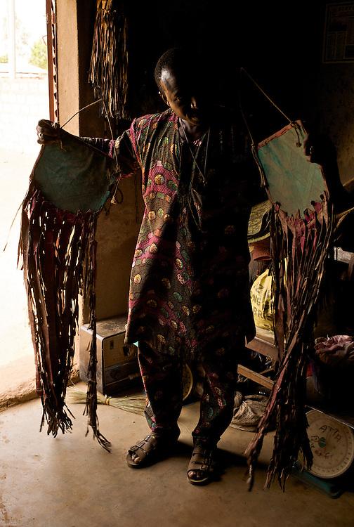 Moussa Atta is preparing the decoration and accessories he's going to use at the Gaani festival in Djougou.<br />  <br /> Moussa Atta pr&eacute;pare les d&eacute;corations qu'il va amener &agrave; Djougou pour la f&ecirc;te de la Gaani.