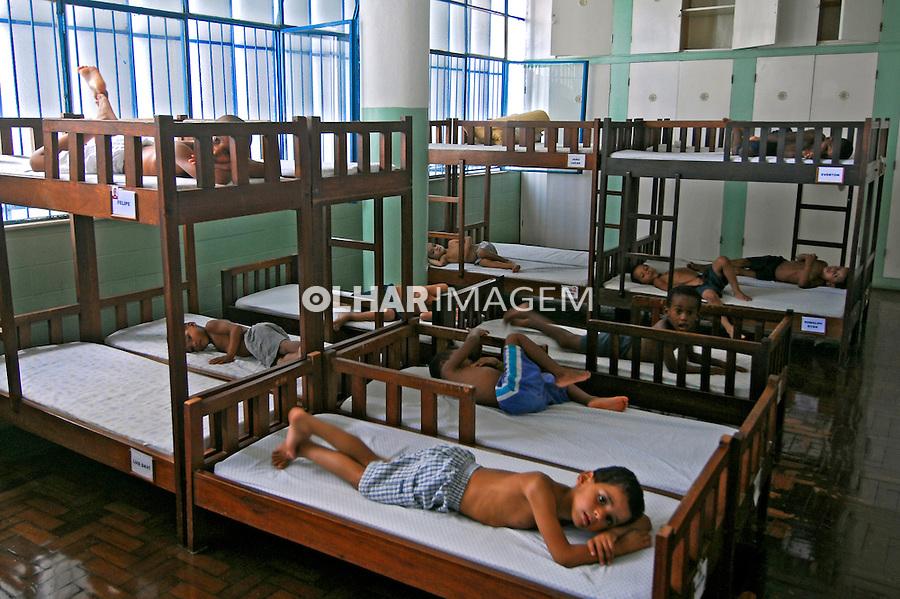 Dormitório do abrigo infantil Obra do Berço. Rio de Janeiro. 2007. Foto de Luciana Whitaker.